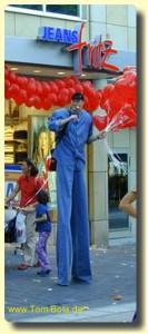 Stelzenmann mit Jeans