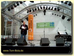 Tom Bola moderiert eine große Bühne