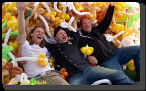 Die Künstler inmitten der Ballons